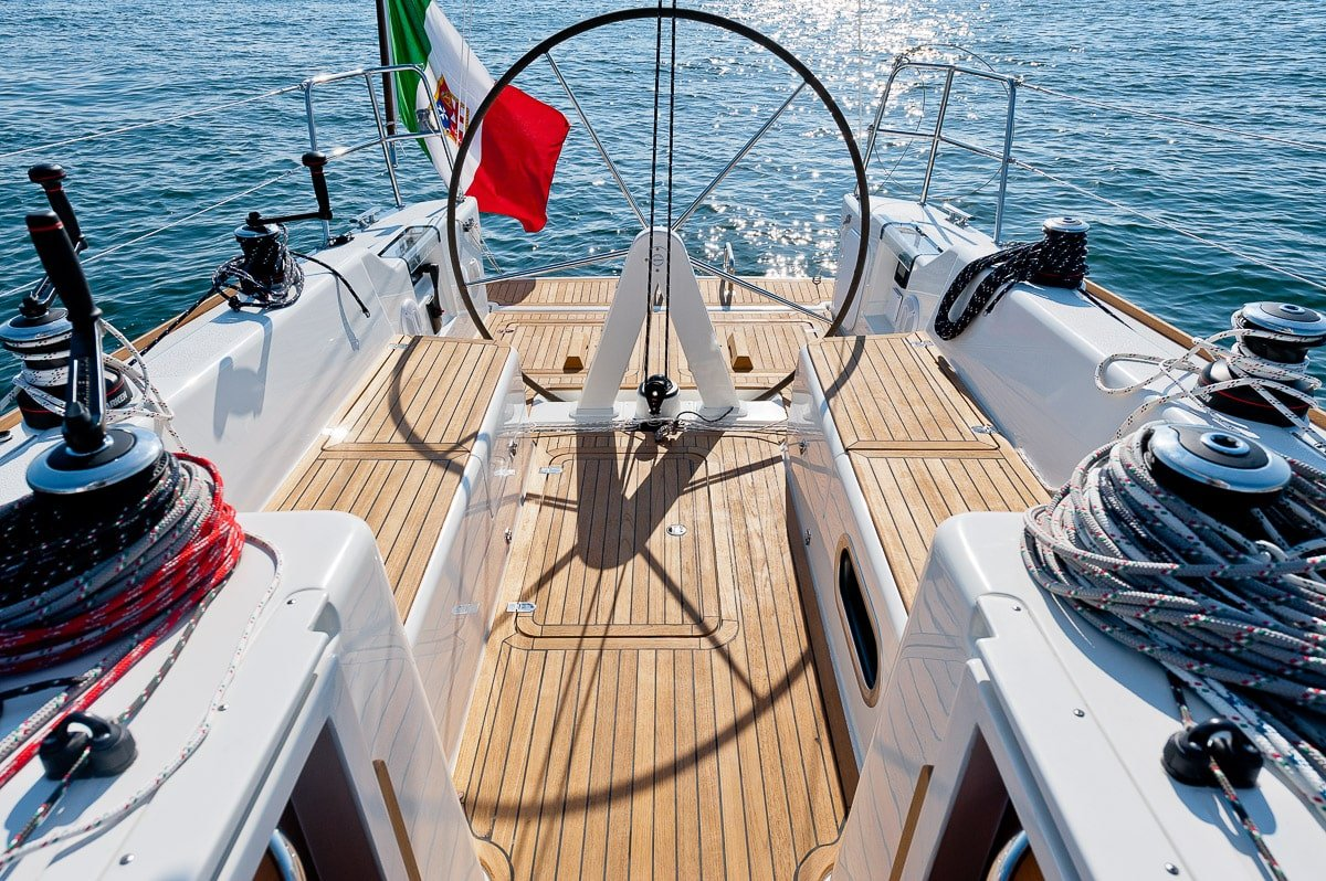 Italia Yachts 10.98 above decks